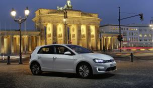 Der e-Golf vorm Brandenburger Tor in Berlin